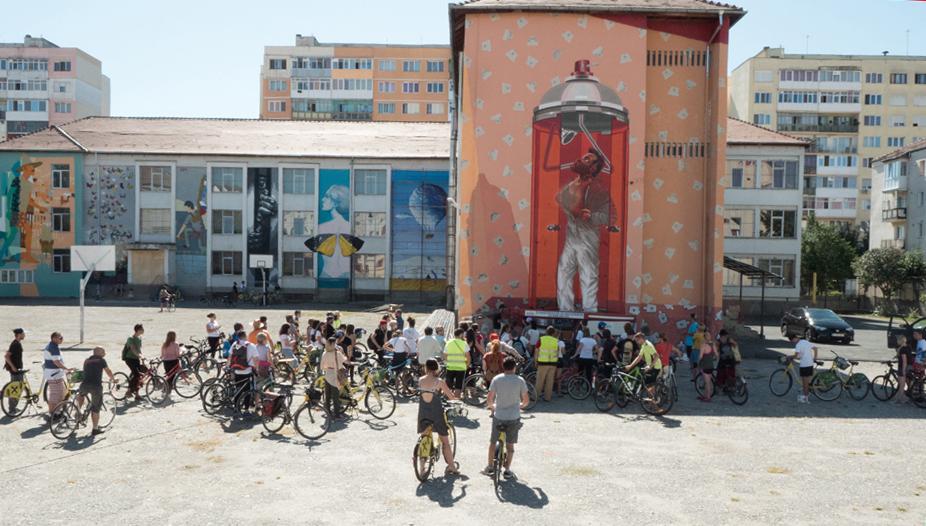 Sute de bicicliști au participat la tururile de artă stradală Sibiu Street ART Festival din anii trecuți. Sursă foto: Turnul Sfatului