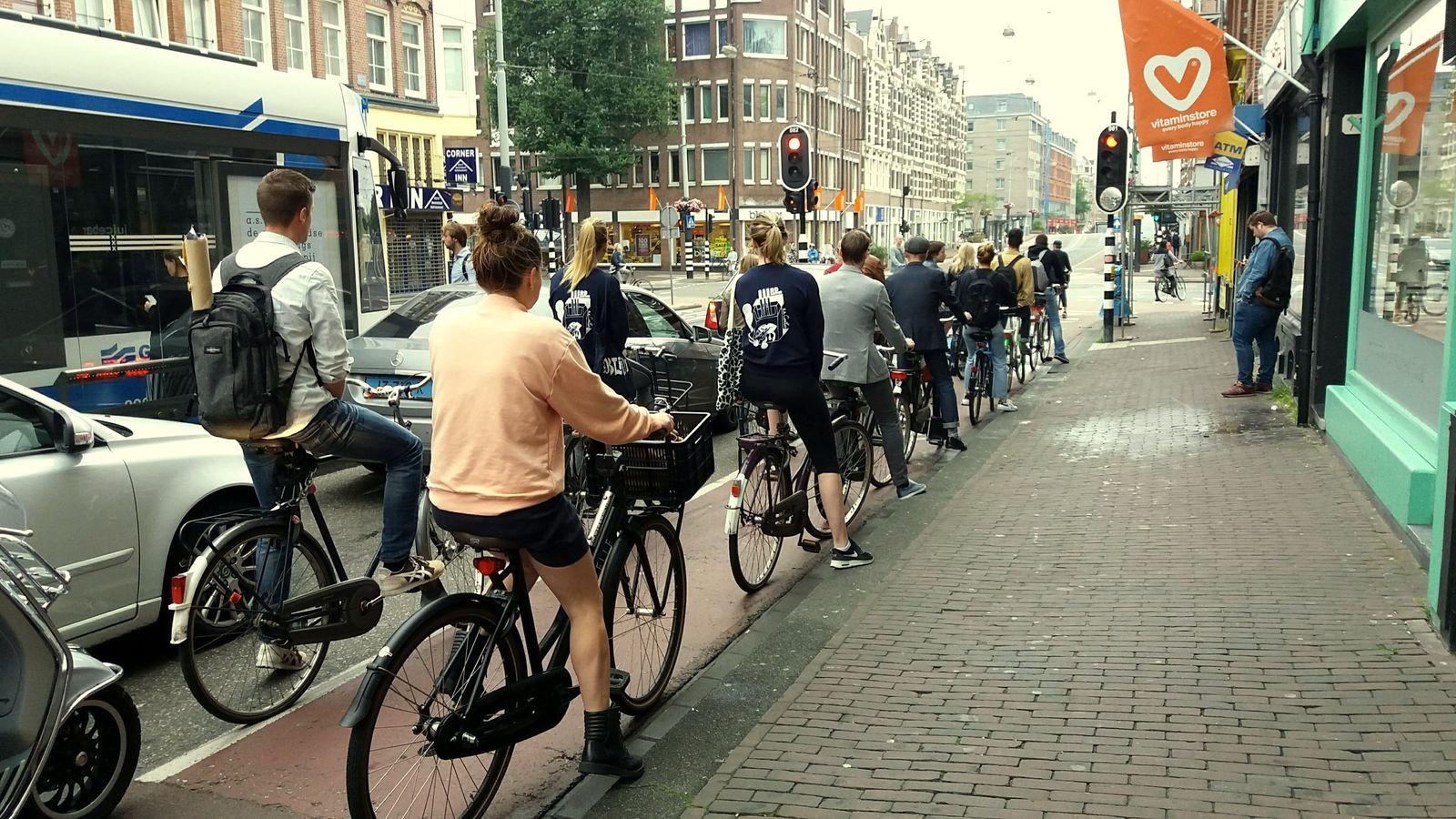 Coadă de bicicliști la un stop în Amsterdam