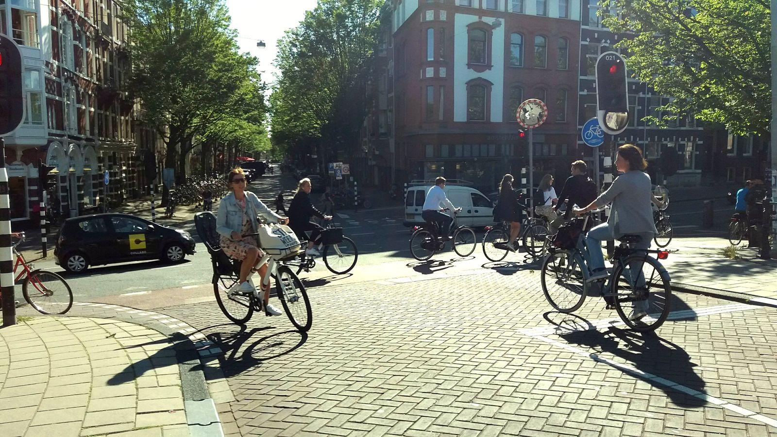 """""""Nu blocăm, suntem traficul"""", un slogan Critical Mass la Cluj, o realitate legată de mersul pe bicicletă în Amsterdam"""